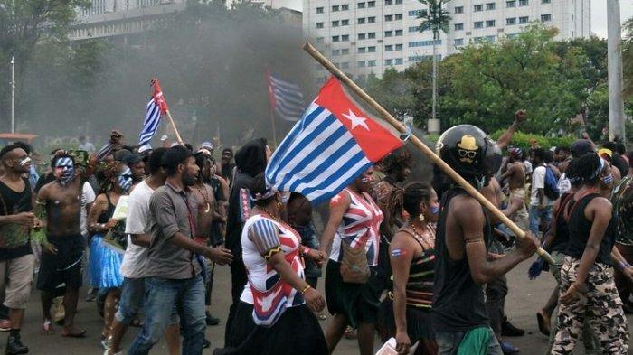 Mahasiswa Papua Kibarkan Bendera Bintang Kejora saat Unjuk Rasa di Depan Mabes TNI AD