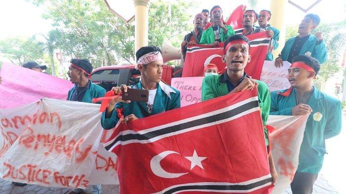 Saat Berdemo di DPRK Lhokseumawe, Aliansi Pemuda dan Mahasiswa Bentangkan Bendera Bintang Bulan