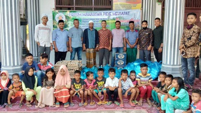 Mahasiswa Pidie Meusapat Salurkan Bantuan Sembako dan Santunan di Desa Kulee, Kecamatan Batee