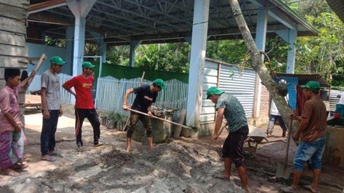 Mahasiswa Umuslim KKM di Aceh Utara, Bersama Warga Merehab Tempat Wudhuk dan Kamar Mandi Dayah