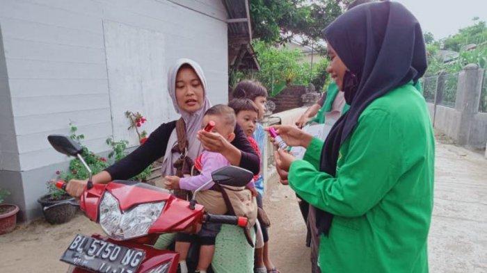Mahasiswa KKN dari Unimal Semprot Disinfektan ke Puskesmas di Lhokseumawe dan Bagikan Hand Sanitizer