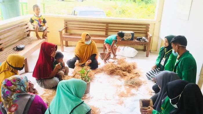 Mengajari Anak-anak Hingga Melatih Warga Membuat Pot dari Sabut Kelapa