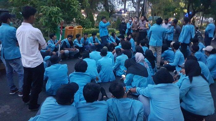 Puluhan Mahasiswa Unsam Langsa Memilih Bermalam di Gedung DPRK, Tuntutan Belum Dipenuhi