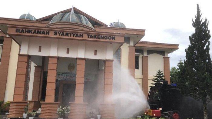 Polisi dan TNI Semprot Disinfektan diKantor Mahkamah Syariah Takengon Aceh Tengah