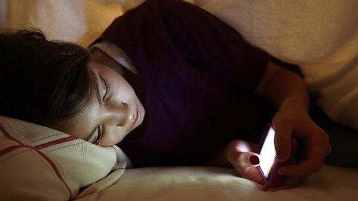 Bisa Bikin Susah Tidur hingga Kanker, Ini Deretan Bahaya Cahaya Layar HP bagi Mata di Malam Hari