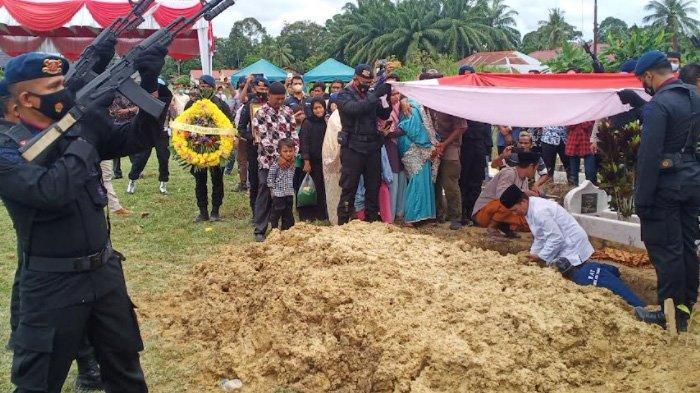 Tembakan Salvo Iringi Pemakaman Adi, Kapolri Serahkan Bantuan Rp 75 Juta