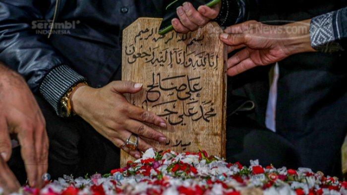 FOTO - Innalillahi Wa Innailahi Rajiuun, Syekh Ali Jaber Dimakamkan di Ponpes Darul Quran - makam-syekh-ali-jaber.jpg