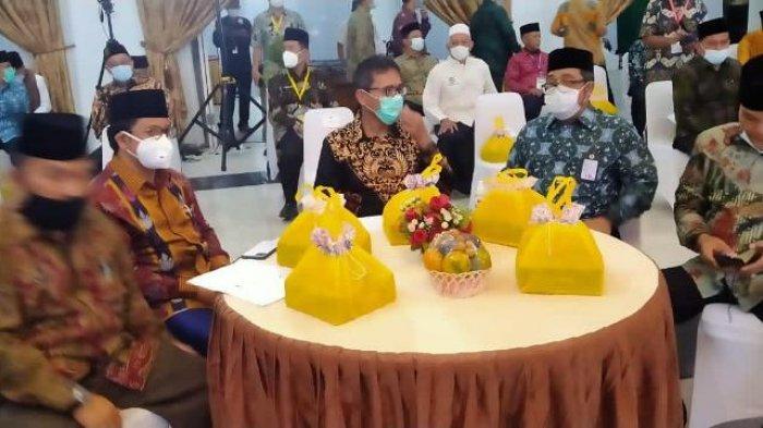 Nasi Kotak 'Cegah Covid' dan Bagi-bagi Buku Pantun Warnai Malam Ta'aruf MTQN Bersama Gubernur Sumbar