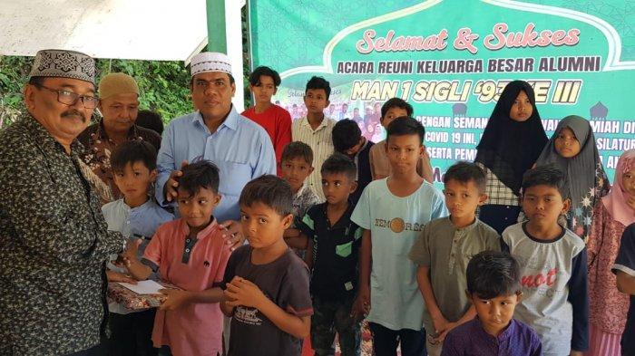 Alumni MAN 1 Sigli Pidie Santuni Puluhan Anak Yatim di Tiro