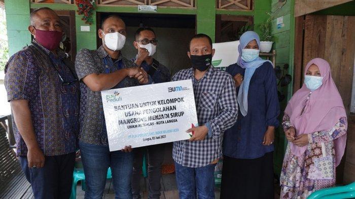 Kelompok Kerja Perempuan Binaan AWF Terima Bantuan TJSL Pengembangan Produk Mangrove
