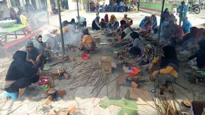 Ratusan Ibu-ibu Masak Apam Massal di Gampong Pukat, Pidie, Habiskan 100 Buah Kelapa