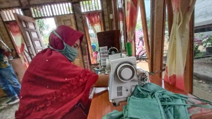 Kisah Ratna, Potret Penjahit Masker Gratis yang Berjuang Melawan Covid-19 di Aceh Tamiang