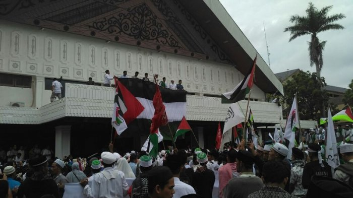 massa-kibarkan-bendera-palestina-di-gedung-dpra_20171218_145603.jpg