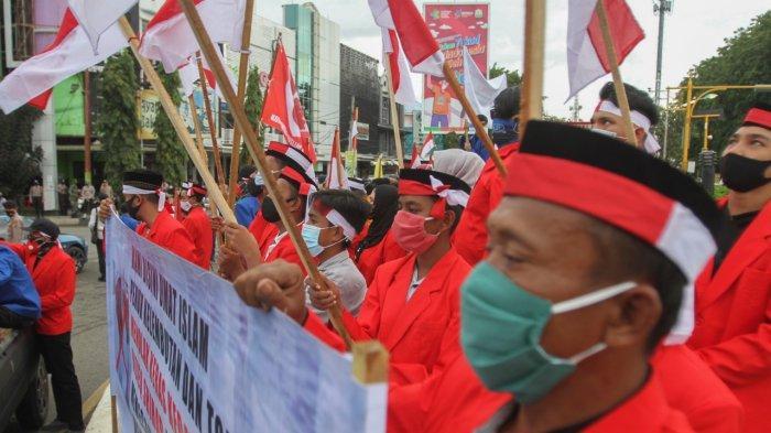 Puluhan orang melakukan aksi unjuk rasa di Simpang Lima Banda Aceh, Rabu (16/12/2020). Dalam orasinya, mereka menolak Imam Besar Front Pembela Islam (FPI), Habib Rizieq Shihab (HRS). Kemudian datang massa mengusir pendemo ini