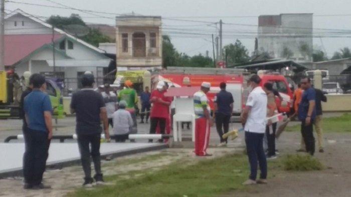 Ratusan Pejabat Bireuen Bersama Masyarakat Bersihkan Masjid Agung Bireuen