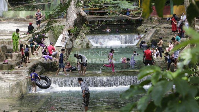 FOTO-FOTO : Serunya Warga Mandi dan Cuci Baju di Objek Wisata Mata Ie Aceh Besar