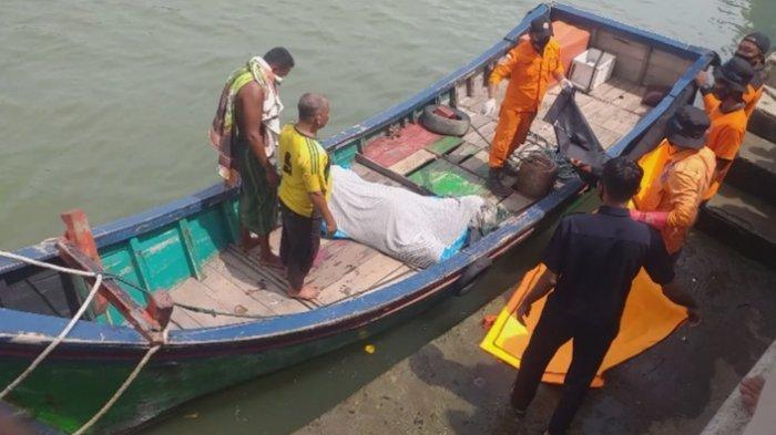 Nelayan Peudada, sekitar pukul 08.30 WIB, Selasa (4/5/2021) menemukan mayat laki-laki di perairan Peudada berjarak sekita 14 mil. Mayat sedang di boat beca di PPI Peudada, Bireuen.