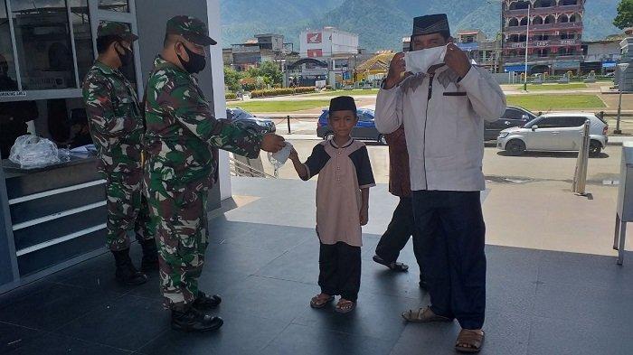 TNI Kodim Aceh Tenggara Bagikan Masker