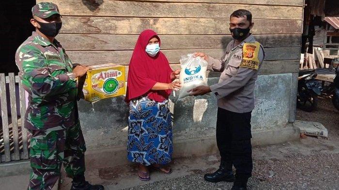 Babinsa dan Babinkamtibmas di Aceh Besar Bagikan Sembako