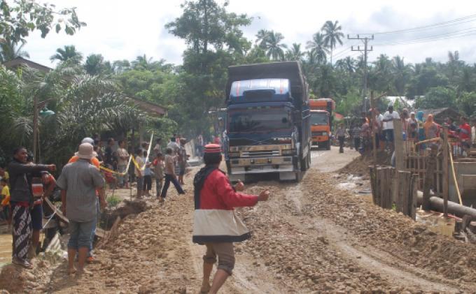 Lintas Banda Aceh Medan Macet 10 Jam Serambi Indonesia