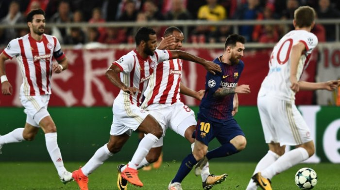 Liga Champions 2017- Barcelona Ditahan Imbang Olympiacos, Lionel Messi Dapat Ciuman Mesra