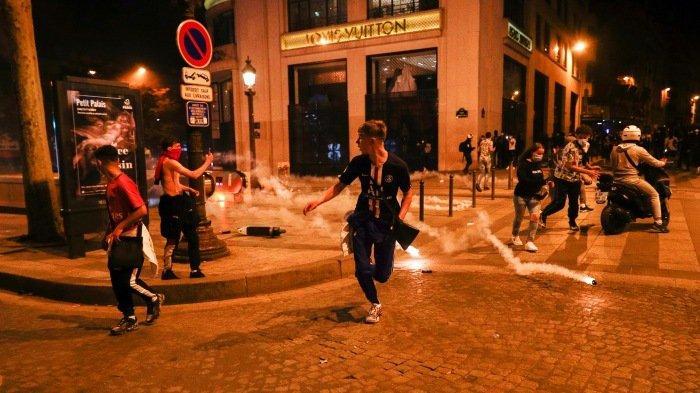 FOTO - Kerusuhan Suporter PSG, Bakar Mobil Hingga Tembakan Gas Air Mata Pasca-Final Liga Champions - melarikan-diri.jpg