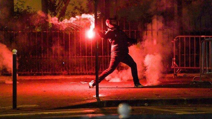 FOTO - Kerusuhan Suporter PSG, Bakar Mobil Hingga Tembakan Gas Air Mata Pasca-Final Liga Champions - memegang-suar.jpg