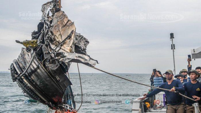 FOTO - Petugas KNKT Periksa Temuan Turbin dan Serpihan Pesawat Sriwijaya Air SJ 182 - menarik-puing-yang-diduga-turbin.jpg