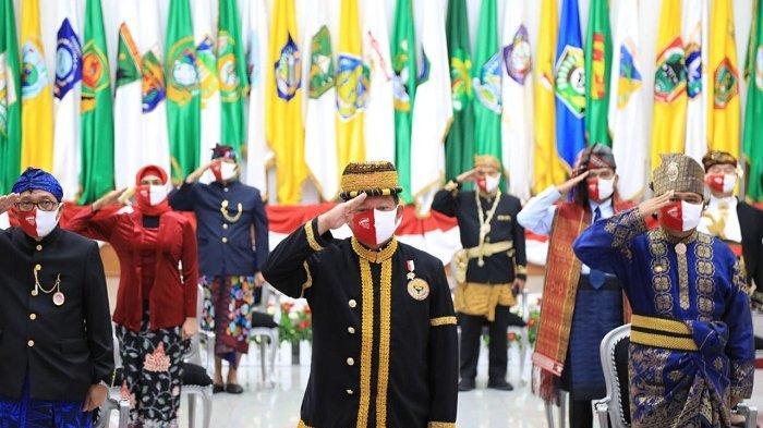 Mengikuti Upacara Kemerdekaan RI Ke-75, Mendagri Gunakan Pakaian Adat Minangkabau