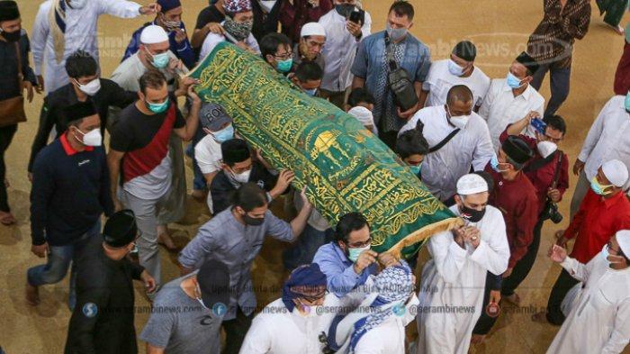FOTO - Innalillahi Wa Innailahi Rajiuun, Syekh Ali Jaber Dimakamkan di Ponpes Darul Quran - mengusung-jenazah-syekh-ali-jaber.jpg