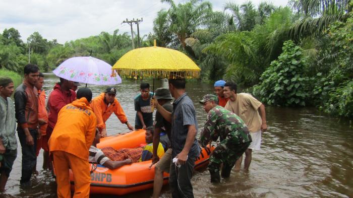 Proses Evakuasi Korban Banjir Aceh Jaya Berlangsung dalam Kegelapan Malam