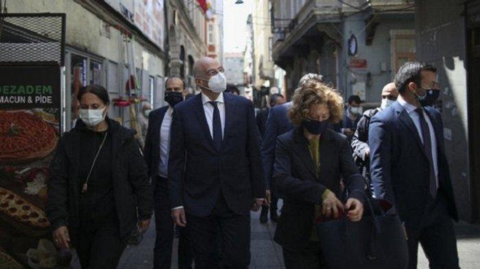 Menteri Luar Negeri Yunani Nikos Dendias berjalan mengunjungi sebuah sekolah kuno Yunani di Istanbul, Turki pada Rabu (14/4/2021).