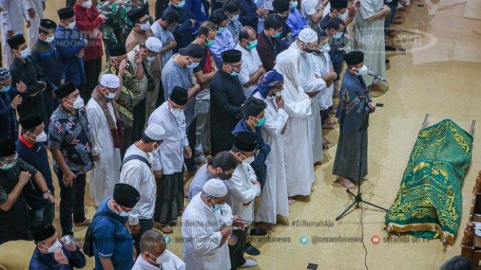 FOTO - Innalillahi Wa Innailahi Rajiuun, Syekh Ali Jaber Dimakamkan di Ponpes Darul Quran - menyalatkan-jenazah-syekh-ali-jaber.jpg