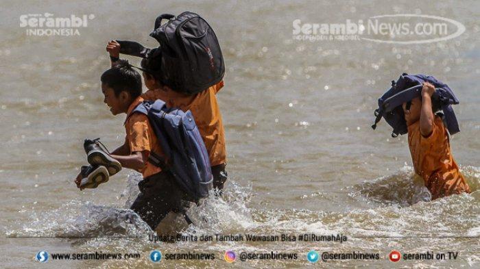 FOTO - Potret Pendidikan Di Aceh Besar, Bertaruh Nyawa Menyeberangi Sungai Demi Menuntut Ilmu - menyeberangi-sungai-1.jpg