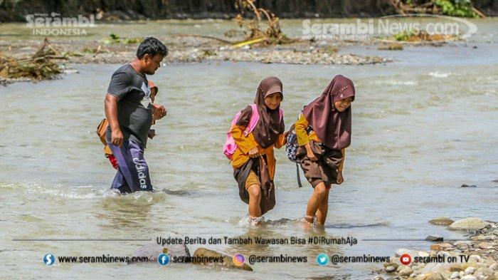 FOTO - Potret Pendidikan Di Aceh Besar, Bertaruh Nyawa Menyeberangi Sungai Demi Menuntut Ilmu - menyeberangi-sungai-2.jpg