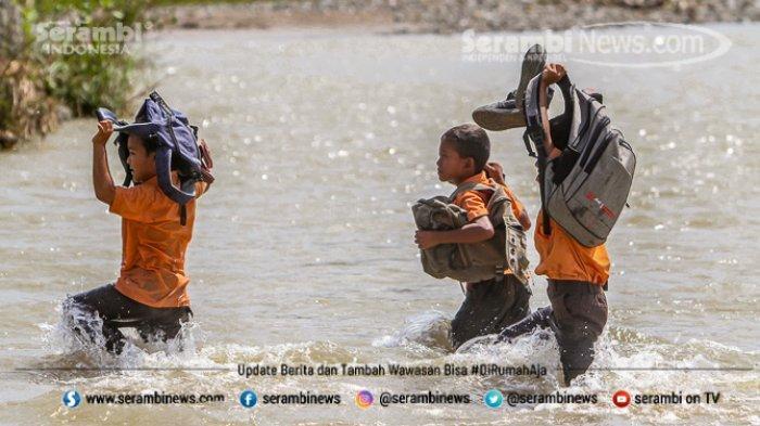 FOTO - Potret Pendidikan Di Aceh Besar, Bertaruh Nyawa Menyeberangi Sungai Demi Menuntut Ilmu - menyeberangi-sungai-3.jpg