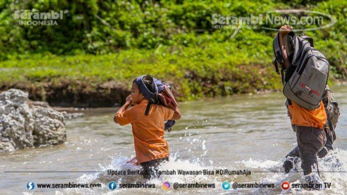 FOTO - Potret Pendidikan Di Aceh Besar, Bertaruh Nyawa Menyeberangi Sungai Demi Menuntut Ilmu - menyeberangi-sungai-4.jpg