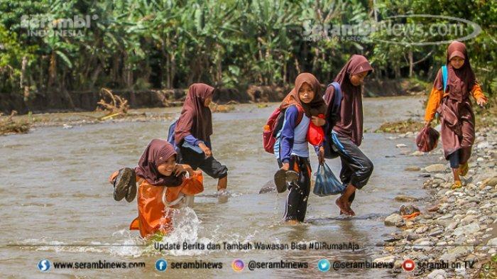 FOTO - Potret Pendidikan Di Aceh Besar, Bertaruh Nyawa Menyeberangi Sungai Demi Menuntut Ilmu - menyeberangi-sungai-5.jpg