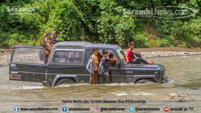 FOTO - Potret Pendidikan Di Aceh Besar, Bertaruh Nyawa Menyeberangi Sungai Demi Menuntut Ilmu - menyeberangi-sungai-6.jpg