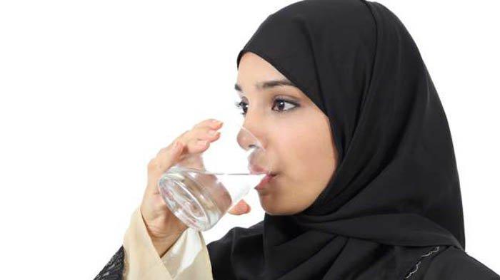 Terlalu Banyak Minum Air Ternyata Membahayakan Tubuh dan Otak