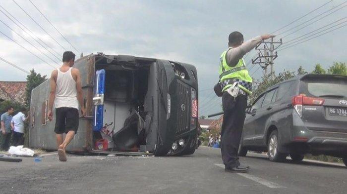 Mobil yang Bawa 24 Orang Napi Terguling di Tengah Jalan