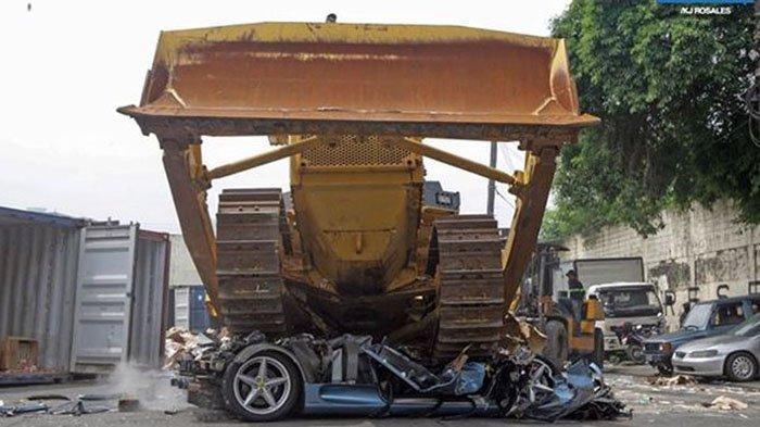 Gara-gara Menunggak Pajak, Mobil Seharga Rp1,9 Milliar Ini Dihancurkan dengan Bulldozer Tanpa Ampun