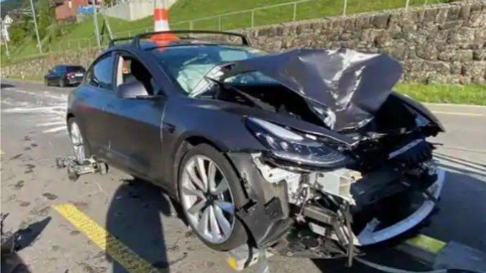 Mobil listrik Tesla Model 3 rusak parah seusai alami kecelakaan