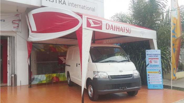Mobil minivan Gran Max dipamerkan di depan showroom Daihatsu, Barthoh, Banda Aceh, SAbtu (7/4).Foto astra daihatsu aceh