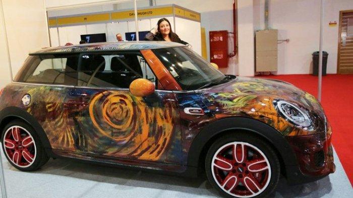 Seniman Abstrak Wanita Arab Saudi Pamerkan Karya Seni di Mobil Mewah, Rayakan HUT ke-90 Kerajaan