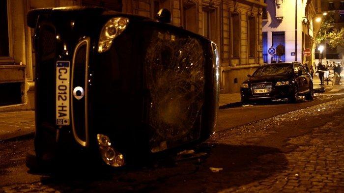 FOTO - Kerusuhan Suporter PSG, Bakar Mobil Hingga Tembakan Gas Air Mata Pasca-Final Liga Champions - mobil-terbalik.jpg