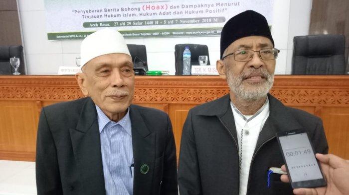 FOTO DOKUMEN SERAMBI - Ketua MPU Aceh, Prof Dr Tgk Muslim Ibrahim MA didampingi Wakil Ketua, Tgk HM Daud Zamzami memberi keterangan pers seusai rapat paripurna MPU, Rabu (7/11/2018).