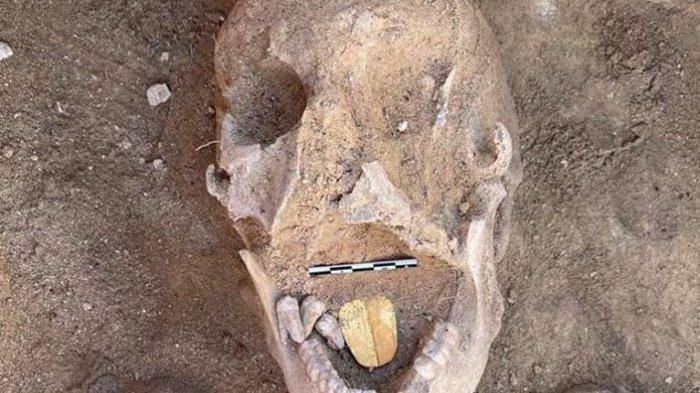 Arkeolog Temukan Mumi berusia 2.000 Tahun Dengan Lidah Emas di Mesir