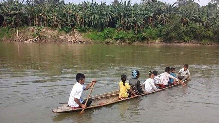 Di Pedalaman Aceh Utara, Murid Baru Dibolehkan Sekolah Jika Bisa Berenang