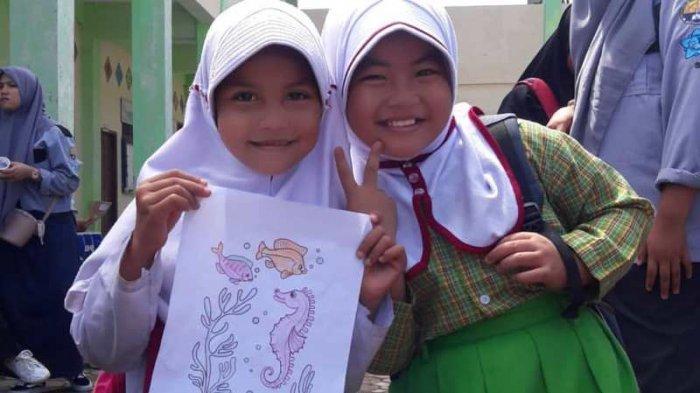Murid asal Desa Alue Naga, Kecamatan Syiah Kuala, Banda Aceh, penerima beasiswa Program Kampung Berseri Astra (KBA)